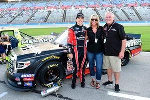 Harrison Burton, Kyle Busch Motorsports, Toyota Tundra Safelite AutoGlass, with guest
