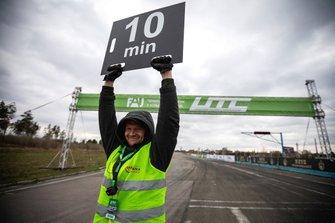 Начальник дистанції Дмитро Фальчук дає сигнал пілотам - до старту залишилося 10 хвилин