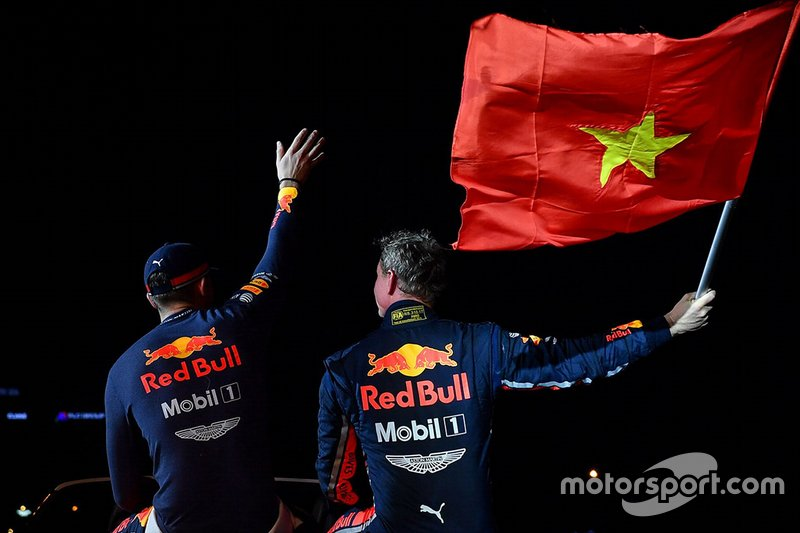 David Coulthard y Jake Dennis en el show de Red Bull en Hanoi