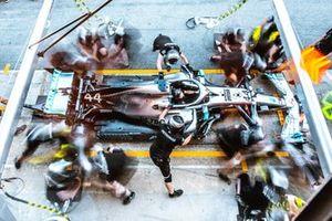 Тренировка пит-стопа механиками Mercedes AMG