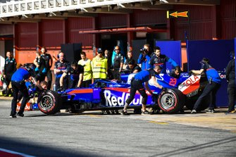 Alexander Albon, Toro Rosso STR14 pit stop