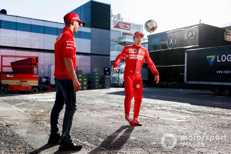 Charles Leclerc, Ferrari, juega al fútbol en el paddock con Antonio Fuoco, Ferrari