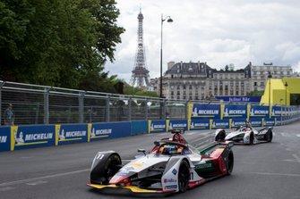 Lucas Di Grassi, Audi Sport ABT Schaeffler, Audi e-tron FE05 leads Maximillian Gunther, GEOX Dragon Racing, Penske EV-3