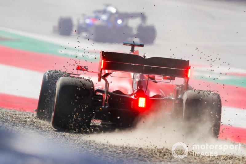 Sebastian Vettel, Ferrari SF90, transita nella ghiaia