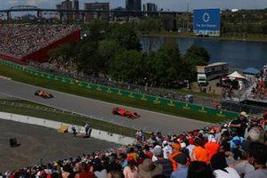 Себастьян Феттель, Ferrari SF90, и Карлос Сайнс, McLaren MCL34