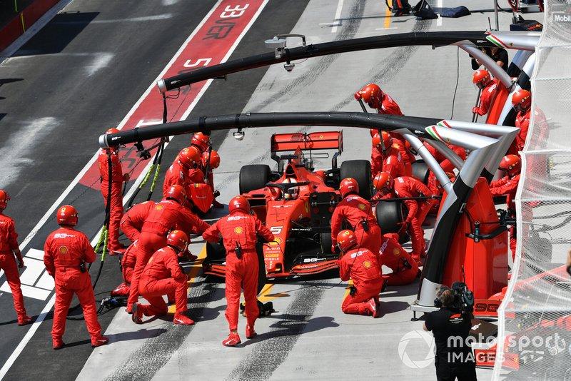 Sebastian Vettel, Ferrari SF90, realiza un pit stop