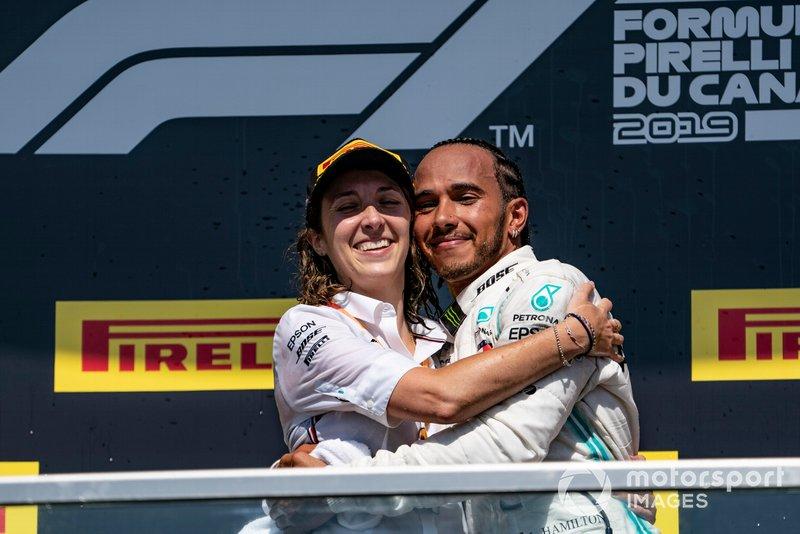 Marga Torres Díez, engenheira de motor da Mercedes, celebra o pódio do GP do Canadá de 2019 com Lewis Hamilton