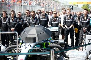 Los mecánicos de Mercedes en la parrilla durante el himno nacional