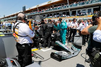 Mercedes mechanics prepare the car of Lewis Hamilton, Mercedes AMG F1 W10, on the grid