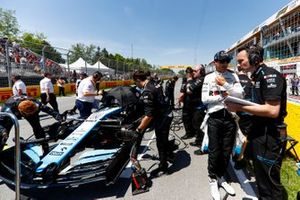 Robert Kubica, Williams Racing, and Williams mechanics on the grid