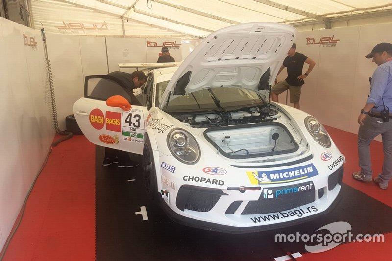 Meccanici al lavoro sulla Porsche di Jovan Lazarevic, Duell Race, nel garage