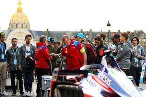 La voiture de Jérôme d'Ambrosio, Mahindra Racing, M5 Electro entourée de fans