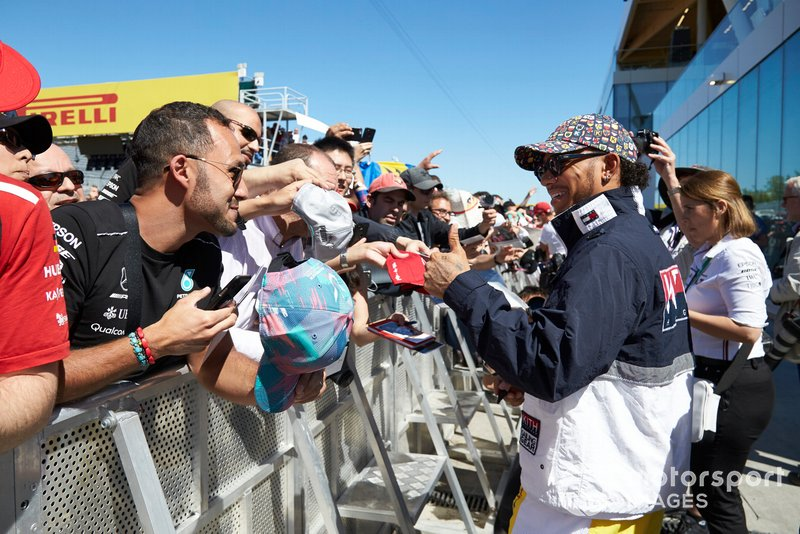 Lewis Hamilton, Mercedes AMG F1 puts a thumbs up to a fan