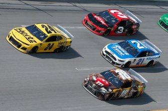 William Byron, Hendrick Motorsports, Chevrolet Camaro Hertz Kyle Busch, Joe Gibbs Racing, Toyota Camry M&M's Chocolate Bar