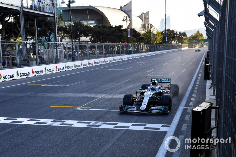 Race Winner Valtteri Bottas, Mercedes AMG F1 crosses the Finish line