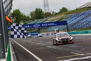 Race winner Néstor Girolami, ALL-INKL.COM Münnich Motorsport Honda Civic Type R TCR