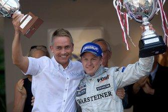 Podium: race winnaar Kimi Raikkonen, McLaren met Martin Whitmarsh