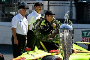 Simon Pagenaud, Team Penske Chevrolet, Tim Cindric and Roger Penske with Borg-Warner trophy