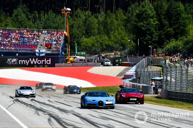 Парад суперкаров и бывших гонщиков Ф1