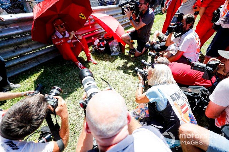 Media around Charles Leclerc, Ferrari sulla griglia