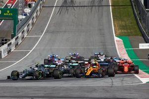 Valtteri Bottas, Mercedes AMG W10, devant Lewis Hamilton, Mercedes AMG F1 W10, Lando Norris, McLaren MCL34, Sebastian Vettel, Ferrari SF90, Lance Stroll, Racing Point RP19, et le reste du peloton au départ