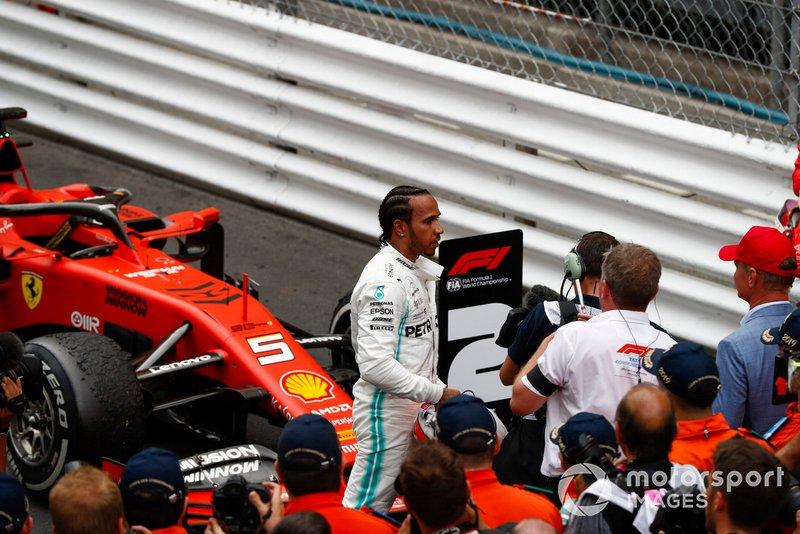Le vainqueur Lewis Hamilton, Mercedes AMG F1, arrive dans le Parc Fermé
