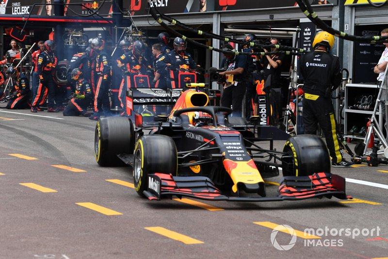 Pierre Gasly, Red Bull Racing RB15, abandona su box después de un pit stop