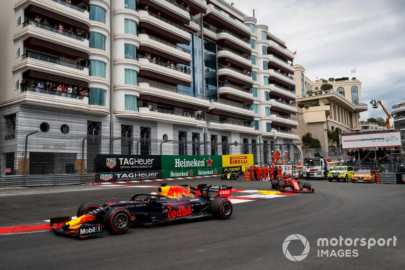 Max Verstappen, Red Bull Racing RB15, Sebastian Vettel, Ferrari SF90, y Daniel Ricciardo, Renault R.S.19
