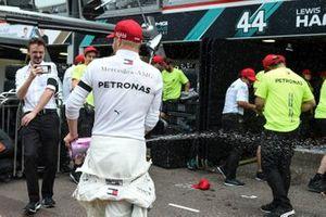 Valtteri Bottas, Mercedes AMG F1, terza posizione, e il team Mercedes festeggia