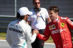 Lewis Hamilton, Mercedes AMG F1, félicitant le poleman Charles Leclerc, Ferrari