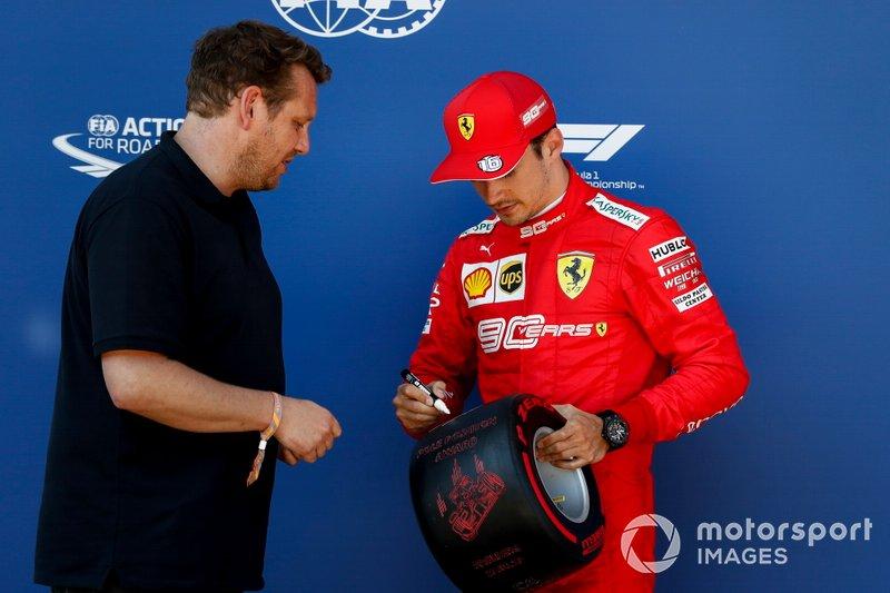 Charles Leclerc, Ferrari recibe el premio Pirelli Pole Position Award de manos de Lukas Lauda