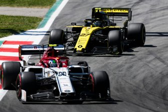 Antonio Giovinazzi, Alfa Romeo Racing C38, leads Nico Hulkenberg, Renault R.S. 19
