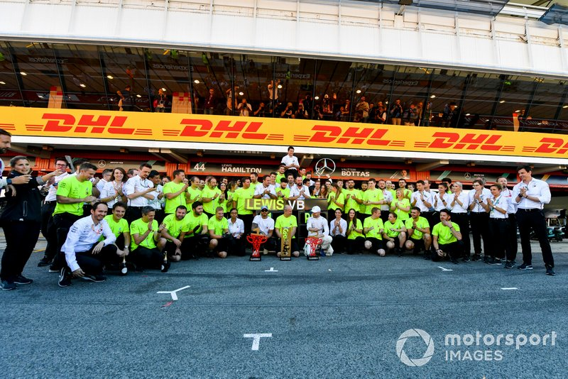 Valtteri Bottas, Mercedes AMG F1, seconda posizione, Lewis Hamilton, Mercedes AMG F1, prima posizione, e il team Mercedes festeggia dopo la gara