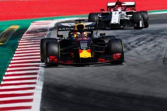 Max Verstappen, Red Bull Racing RB15, voor Kimi Raikkonen, Alfa Romeo Racing C38