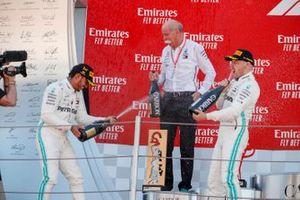 Le vainqueur Lewis Hamilton, Mercedes AMG F1, Dr Dieter Zetsche, PDG de Mercedes Benz et Valtteri Bottas, Mercedes AMG F1 sur le podium avec du champagne