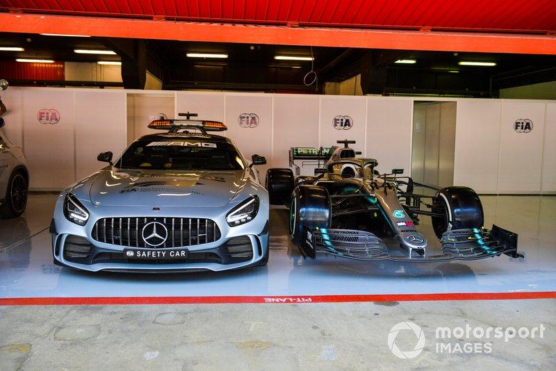 La voiture de sécurité et l'auto de Lewis Hamilton, Mercedes AMG F1 W10 dans le garage de la FIA