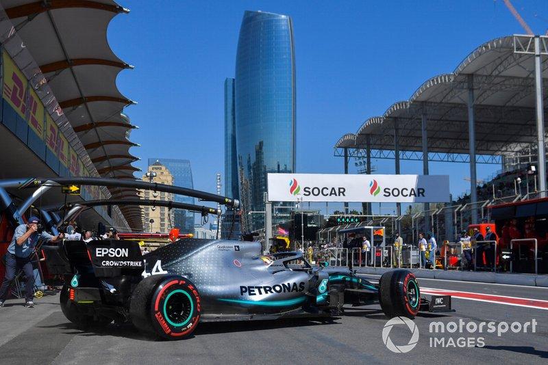 Lewis Hamilton, Mercedes AMG F1 W10, esce dal box