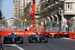 Valtteri Bottas, Mercedes AMG W10 et Lewis Hamilton, Mercedes AMG F1 W10 en lutte au premier tour