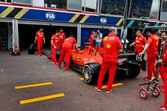 La monoposto di Charles Leclerc, Ferrari SF90 viene spinta nel garage