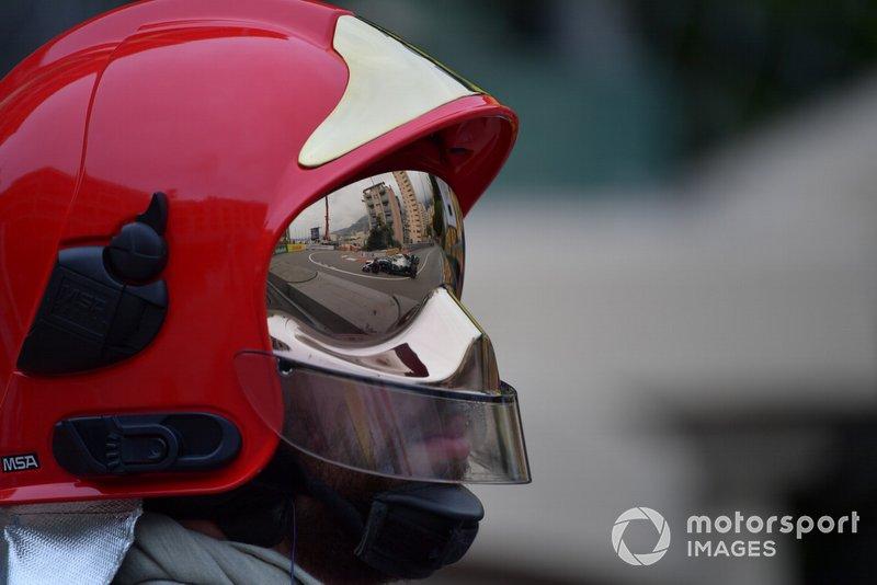 Valtteri Bottas, Mercedes AMG W10, dans la visière d'un pompier