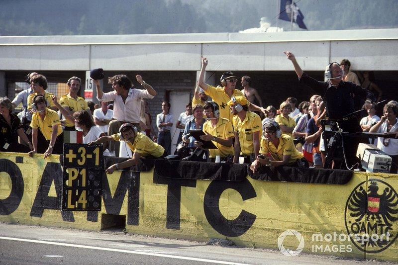 Команда Lotus ликовала. В последний раз ее гонщик побеждал еще в 1978 году. Колин Чепмен подбросил в воздух кепку, как делал всегда, приветствуя успех своих пилотов
