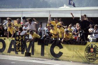Lotus Team festeggia la vittoria di Elio De Angelis, Lotus 91