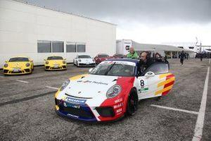 La Porsche di Diego Bertonelli, Dinamic Motorsport, viene spinta nel paddock