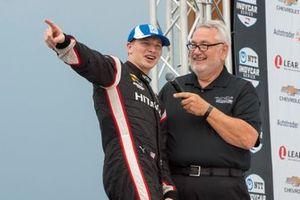 Josef Newgarden, del equipo Penske Chevrolet, responde en la plataforma de la victoria a los aficionados después de la victoria