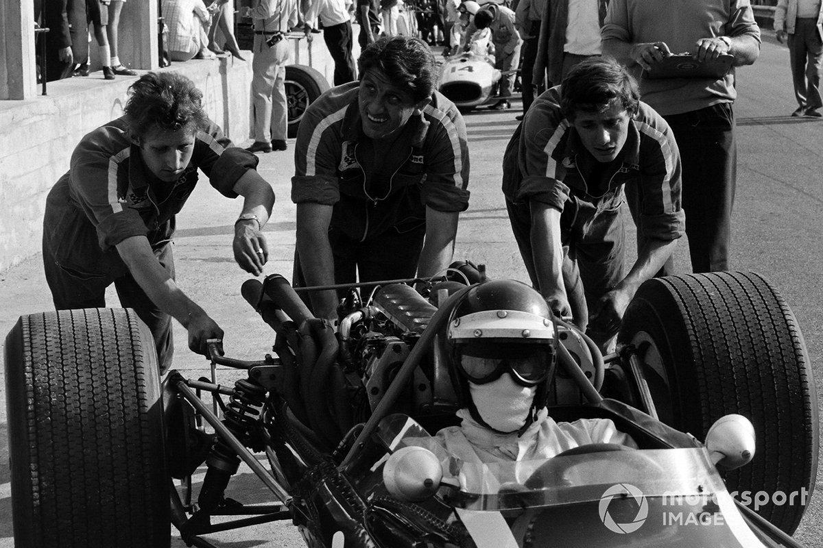 Йохен Риндт едва не пропустил гонку: перед самым стартом выяснилось, что на его Cooper сел аккумулятор, и механикам пришлось срочно ставить новый. Они успели