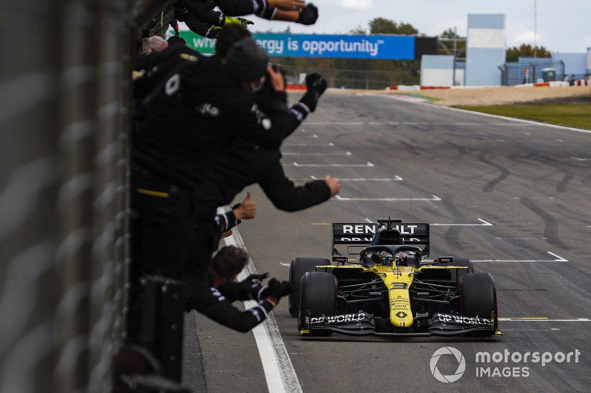Daniel Ricciardo, Renault F1, 3ª posición, cruza la línea para el deleite de su equipo