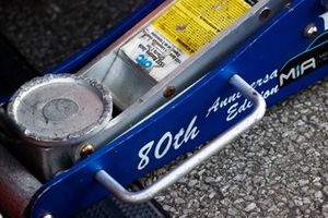 Lift jack on pit lane, 80th anniversary edition, tools