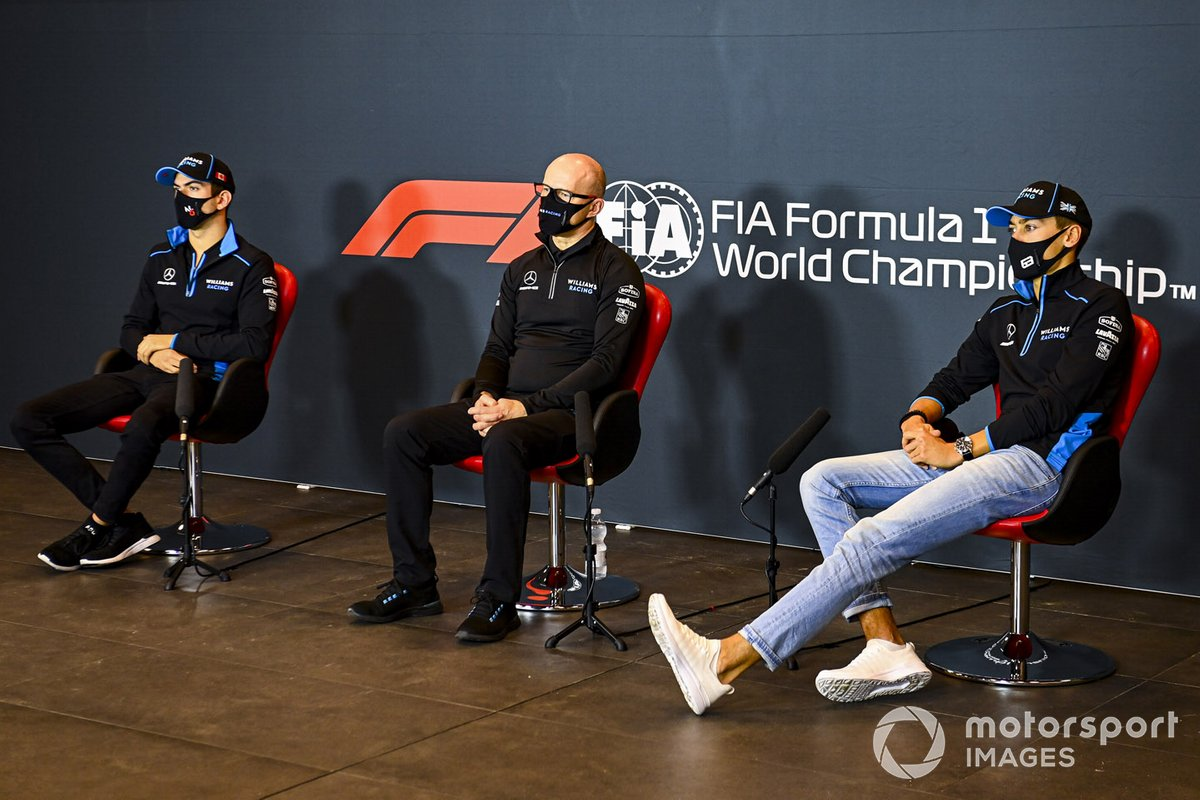 Гонщики Williams и глава команды Саймон Робертс на пресс-конференции