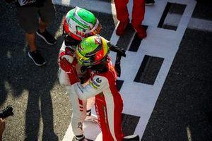 Il vincitore della gara Mick Schumacher, Prema Racing e Luca Ghiotto, Hitech Grand Prix festeggiano a Parc Ferme