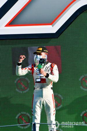 Luca Ghiotto, Hitech Grand Prix, deuxième, sur le podium